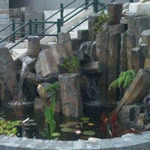imitacja skały zastosowana w oczku wodnym i kaskadzie