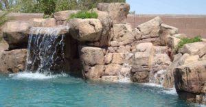 Kaskada przy basenie ze sztucznych skał - wodospad